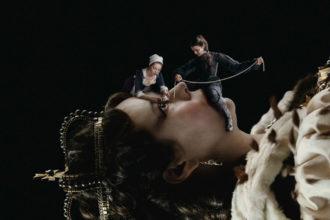Faworyta, The Favourite, Olivia Colman, Emma Stone, Rachel Weisz, Nicholas Hoult, Mark Gatiss, Yorgos Lantimos, Jorgos Lantimos, Oscar, Anglia, dramat, władza, miłość, samotność, rybie oko